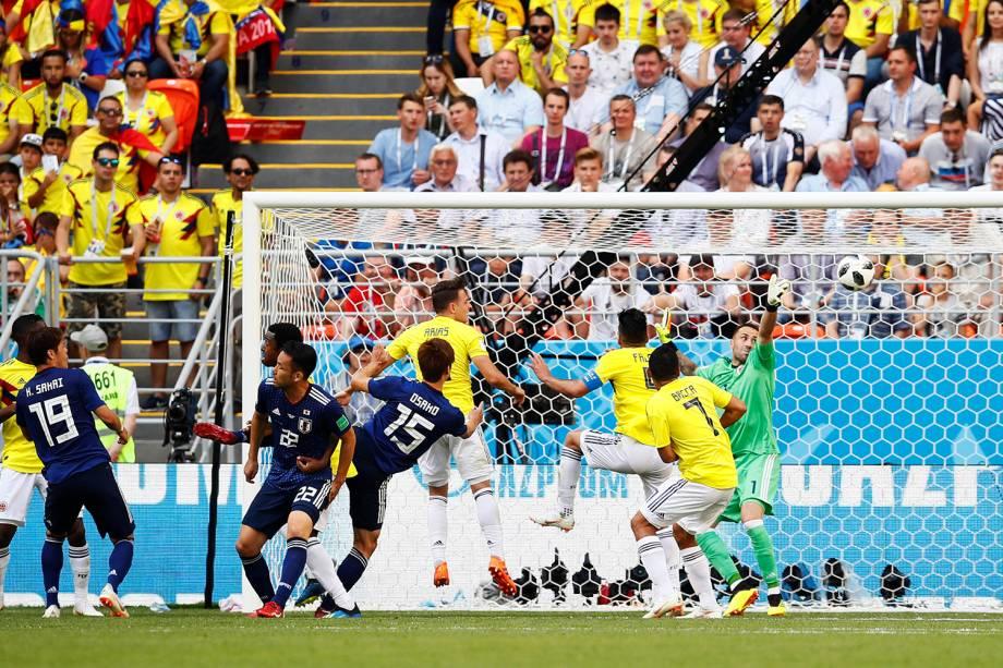 Yuya Osako marca o segundo gol do Japão com uma cabeçada em meio aos colombianos