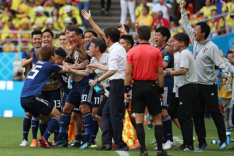 O japonês Yuya Osako comemora o gol marcado junto ao técnico Akira Nishino e os companheiros do banco de reservas