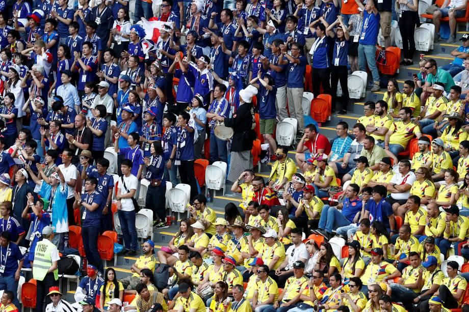 Uma visão da arquibancada do estádio Mordovia Arena mostra o ânimo dos japoneses de um lado, e a aflição dos colombianos de outro