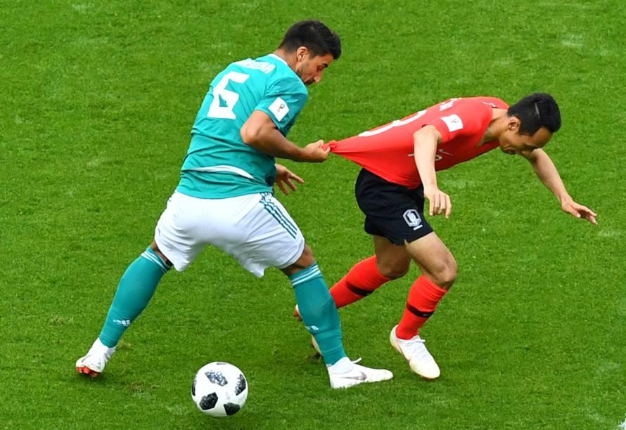 O alemão, Sami Khedira, puxa a camiseta do sul-coreano, Moon Seon-min, durante uma tentativa de roubar a bola - 27/06/2018