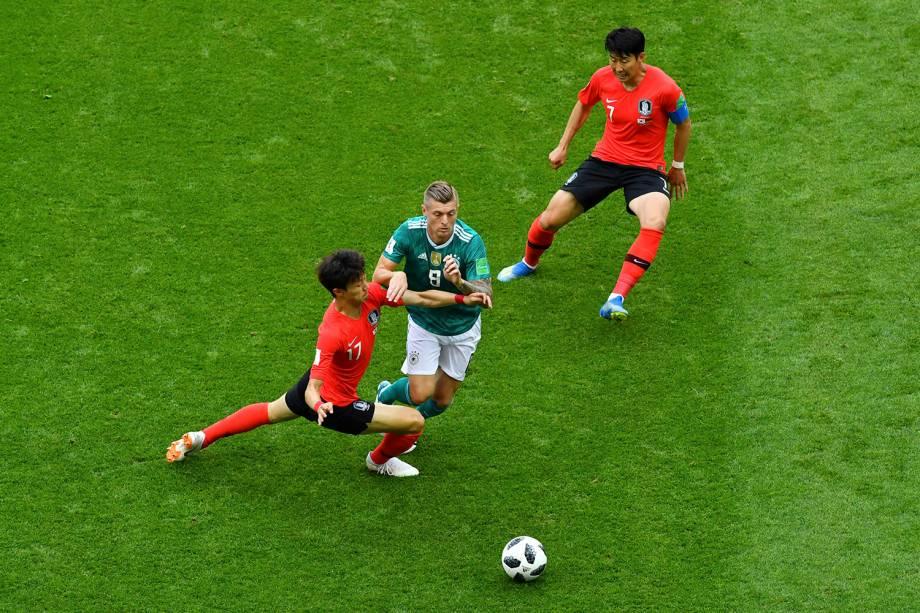 Lee Jae-sung, da Coréia do Sul, parte para cima de Toni Kroos, da Alemanha, para roubar a bola - 27/06/2018