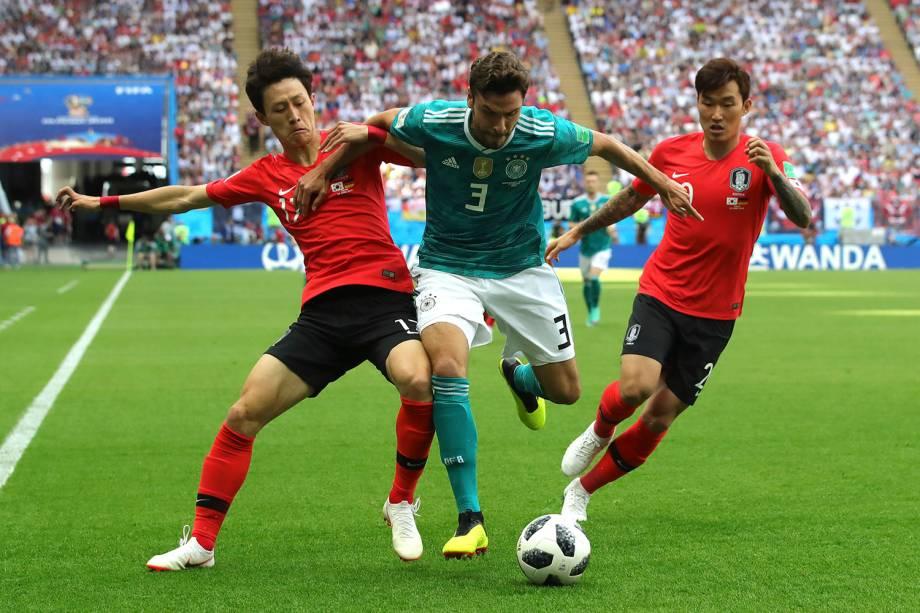 O alemão, Jonas Hector, recebe a marcação dupla de Jaesung Lee e Hyunsoo Jang, da Coréia do Sul - 27/06/2018