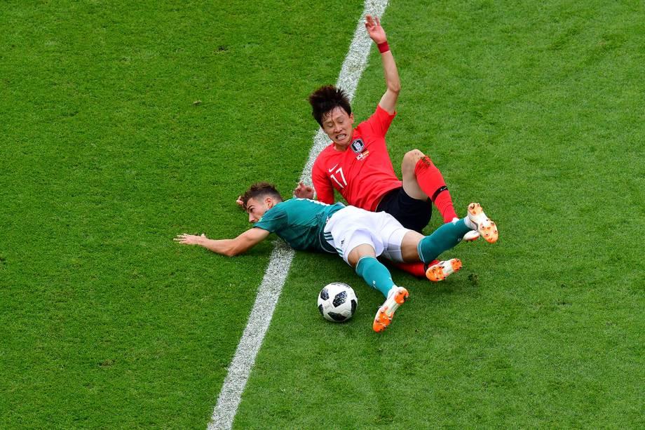Leon Goretzka, da Alemanha e o sul-coreano, Son Heung-min, caem após uma dividida de bola - 27/06/2018