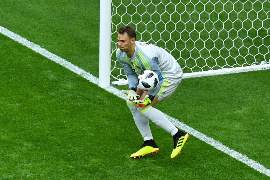 O goleiro alemão, Manuel Neuer, falha ao encaixar a bola após uma cobrança de falta da Coréia do Sul - 27/06/2018