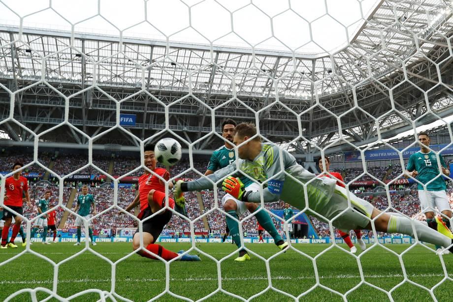 O goleiro da Alemanha, Manuel Neuer, dá um soco na bola após uma falha em encaixar a bola na cobrança de falta da Coréia do Sul - 27/06/2018