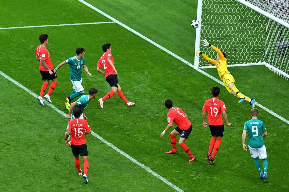 O goleiro sul-coreano, Cho Hyun-woo, evita um gol após uma cabeçada da Alemanha - 27/06/2018