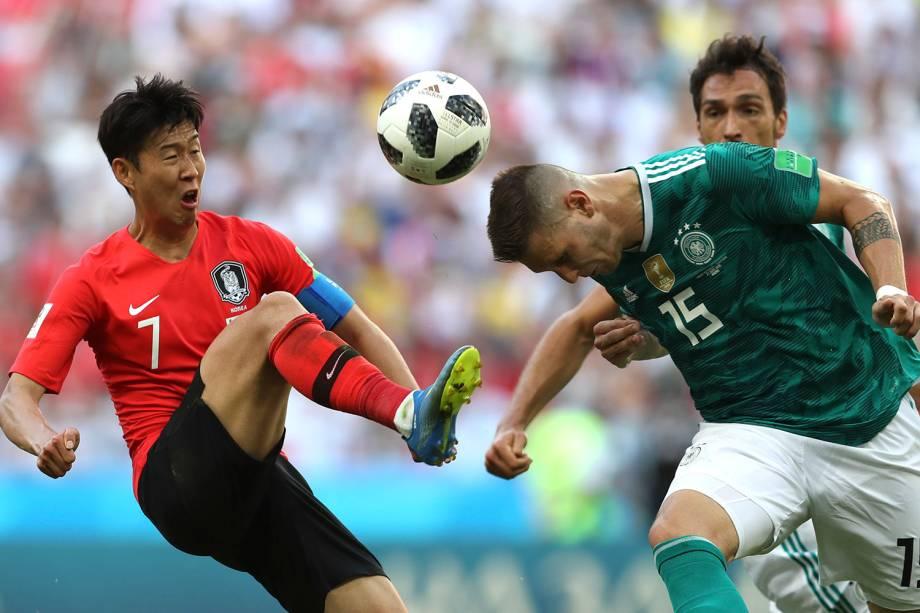 Niklas Suele, da Alemanha disputa uma bola com o sul-coreano, Son Heung-Min, em um lance perigoso - 27/06/2018