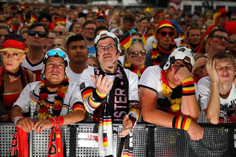 Torcedores da Alemanha lamentam durante a partida contra a Coréia do Sul, enquanto assistem ao jogo no  Portão de Brandemburgo - 27/06/2018