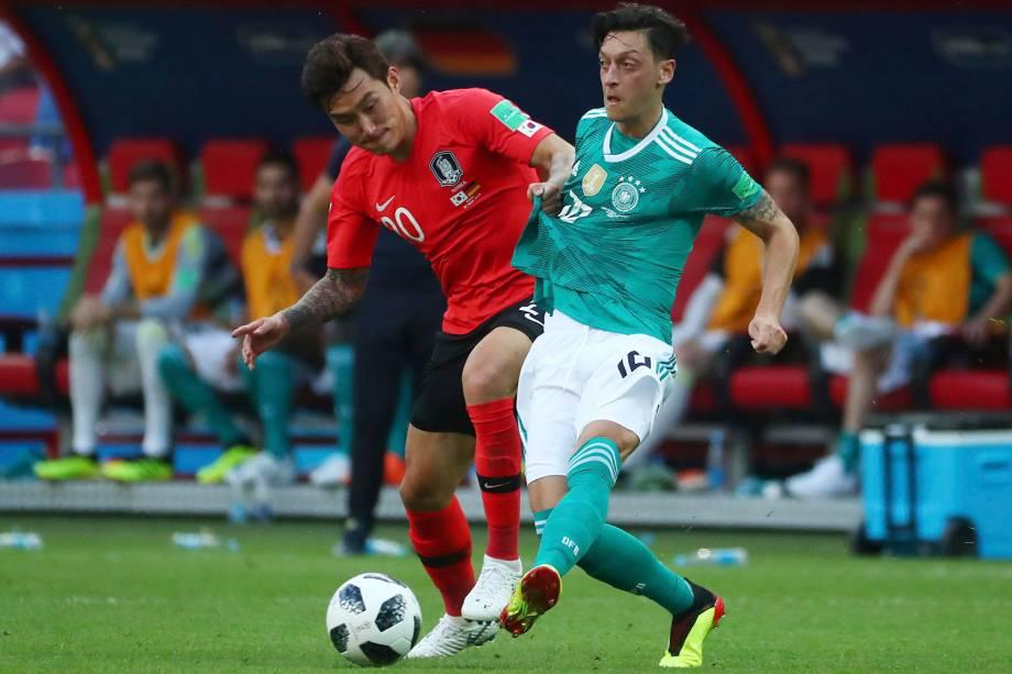 Mesut Ozil, da Alemanha, é segurado pelo sul-coreano, Jang Hyun-soo, durante uma disputa de bola - 27/06/2018