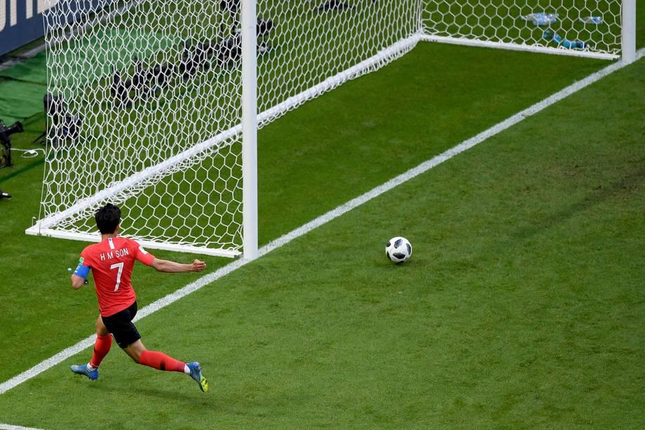 O sul-coreano, Son Heung-Min, marca o segundo gol contra a Alemanha nos acréscimos do segundo tempo, quando o goleiro alemão Neuer, tentava ajudar no ataque - 27/06/2018