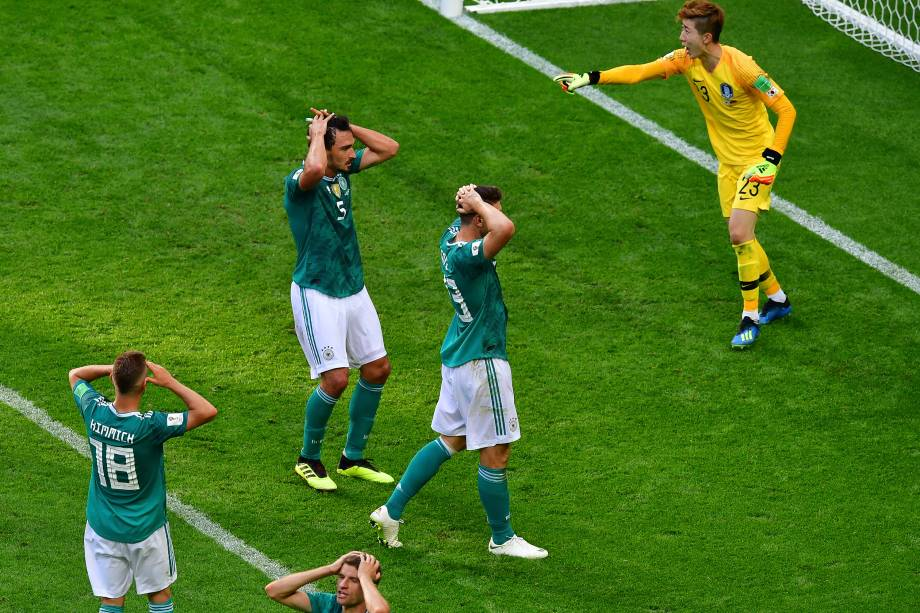 Jogadores alemães lamentam jogada perdida durante partida contra a Coreia do Sul, válida pela fase de grupos da Copa do Mundo - 27/06/2018