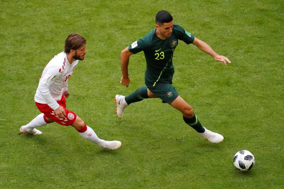 O australiano Tom Rogic em ação contra a marcação de Lasse Schone da Dinamarca