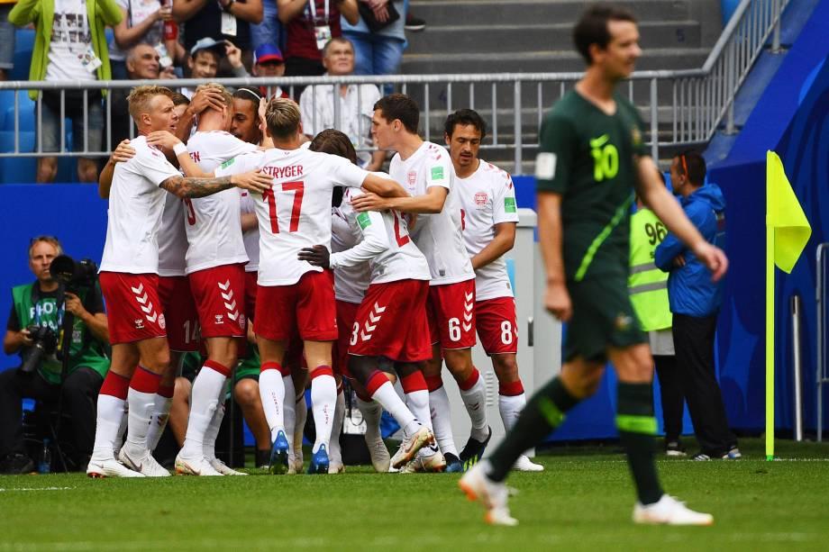Jogadores da Dinamarca comemoram o gol do meia Christian Eriksen na partida contra a Austrália, na arena Samara - 21/06/2018