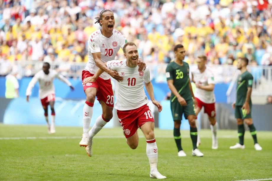 Christian Eriksen comemora com Yussuf Yurary Poulsen o primeiro gol da Dinamarca na partida contra a Austrália, na arena Samara - 21/06/2018