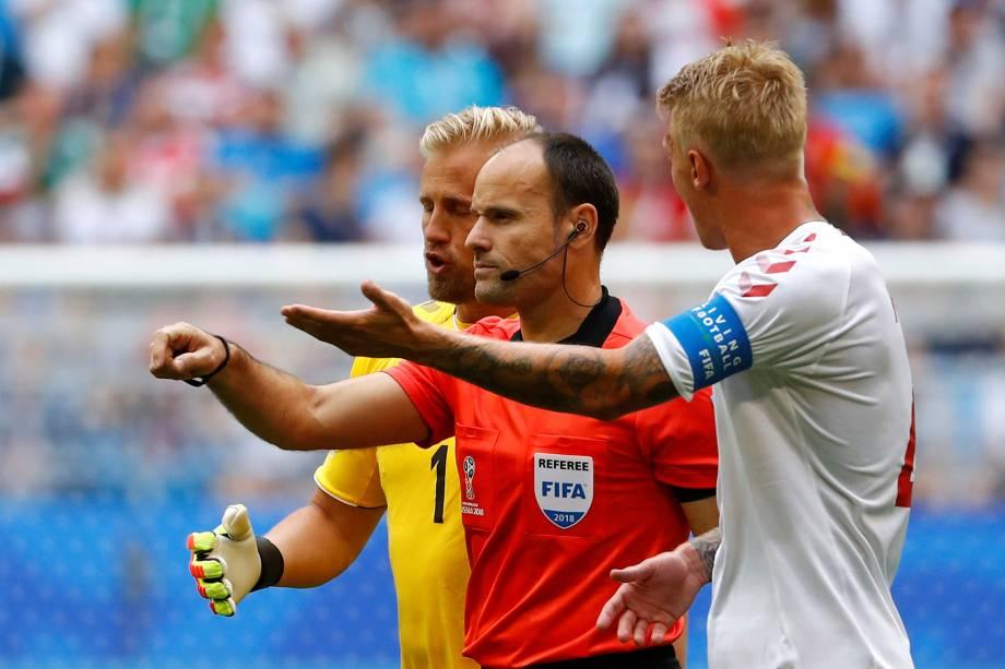 Kasper Schmeichel da Dinamarca reage após o juiz Antonio Miguel Mateu Lahoz marcar um pênalti com o auxílio do árbitro de vídeo a favor da Austrália - 21/06/2018