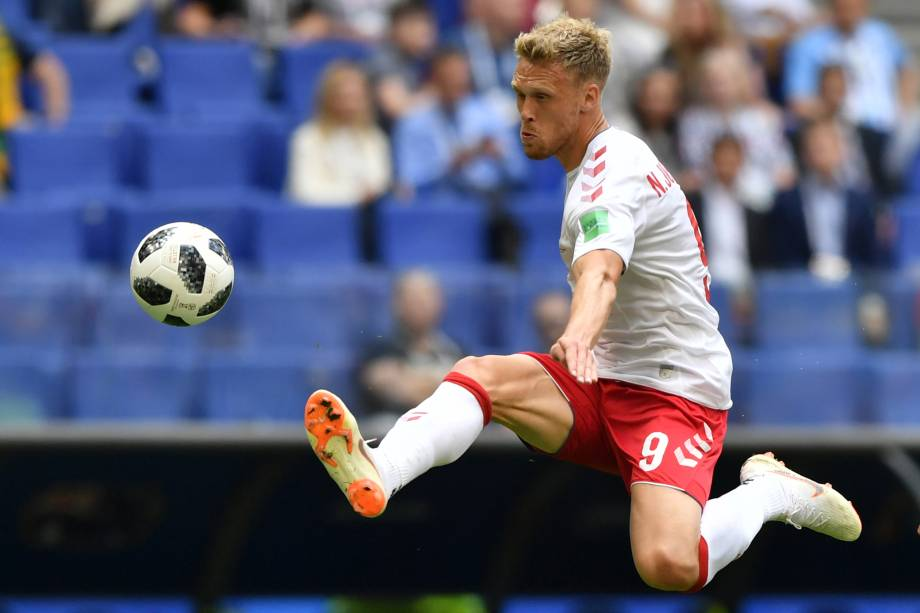 O atacante dinamarquês Nicolai Jorgensen salta para dominar a bola durante a partida contra a Austrália no na arena Samara - 21/06/2018