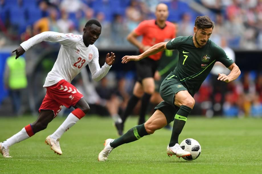 O atacante Mathew Leckie é marcado de perto pelo dinamarquês Pione Sisto durante a segunda rodada do grupo C da Copa do Mundo na arena Samara - 21/06/2018