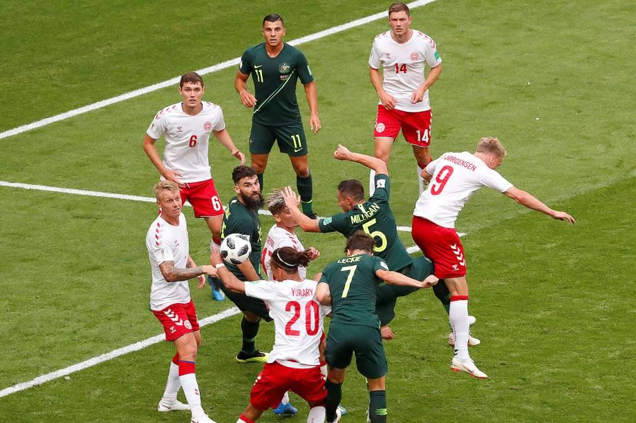 Após a análise do árbitro de vídeo, o juiz Antonio Mateu Lahoz, marca pênalti no lance em que Mathew Leckie, da Austrália, cabeceia uma bola que é desviada pela mão do dinamarquês, Yussuf Poulsen