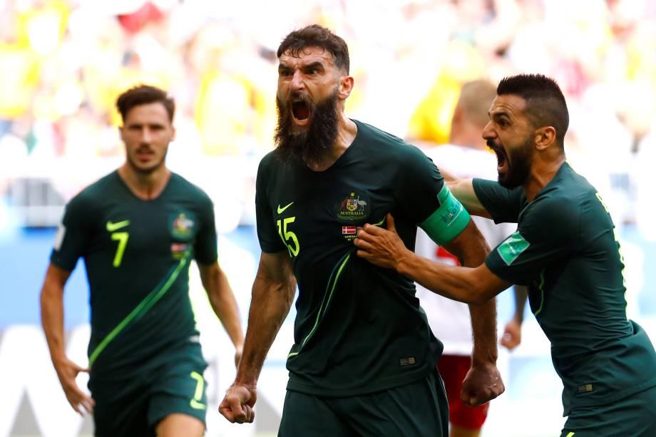 Mile Jedinak, da Austrália, comemora com companheiros de time o gol marcado de pênalti, contra a Dinamarca