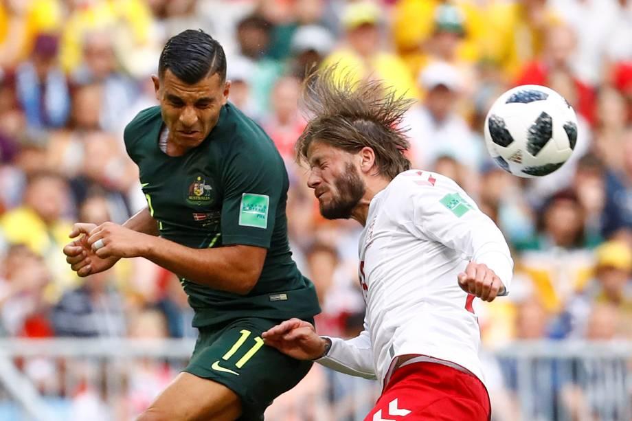 Andrew Nabbout, da Austrália, divide uma bola de cabeça com o dinamarquês Lasse Schone - 21/06/2018