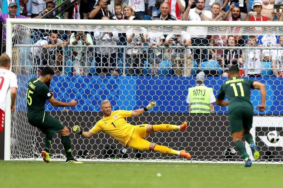Mile Jedinak marca de pênalti o gol de empata da Austrália na partida contra a Dinamarca na arena Samara - 21/06/2018