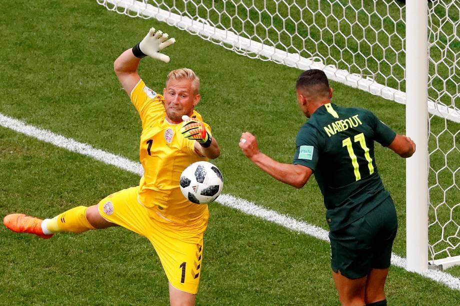 O goleiro da Dinamarca, Kasper Schmeichel, salva uma chance de gol após a cabeçada do australiano Andrew Nabbout - 21/06/2018