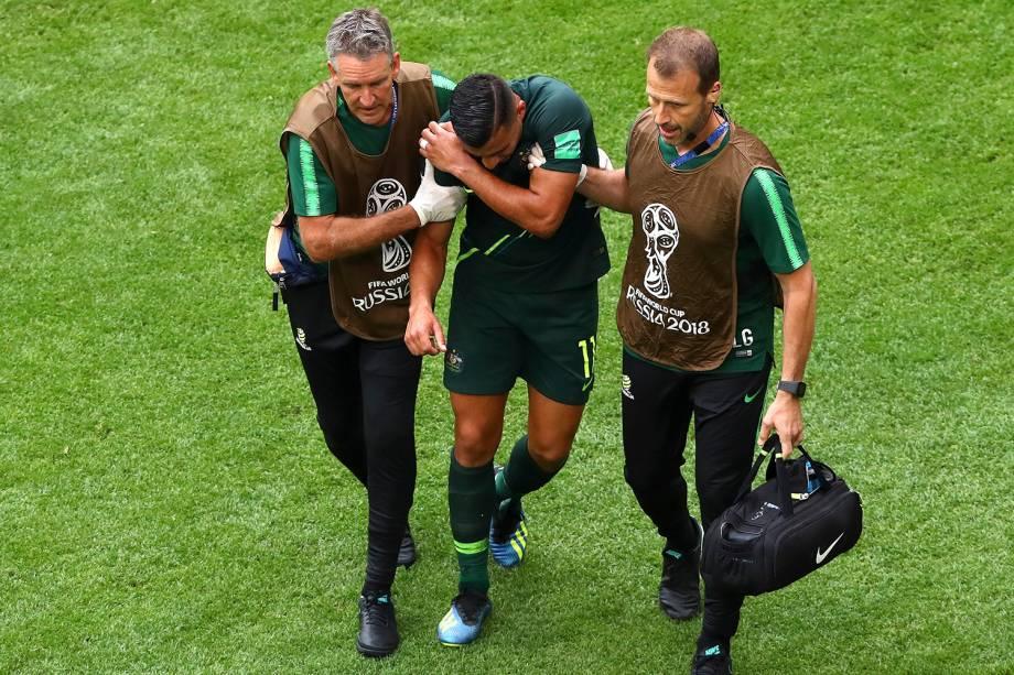 O australiano, Andrew Nabbout, deixa o campo após uma lesão no ombro durante a partida contra a Dinamarca - 21/06/2018