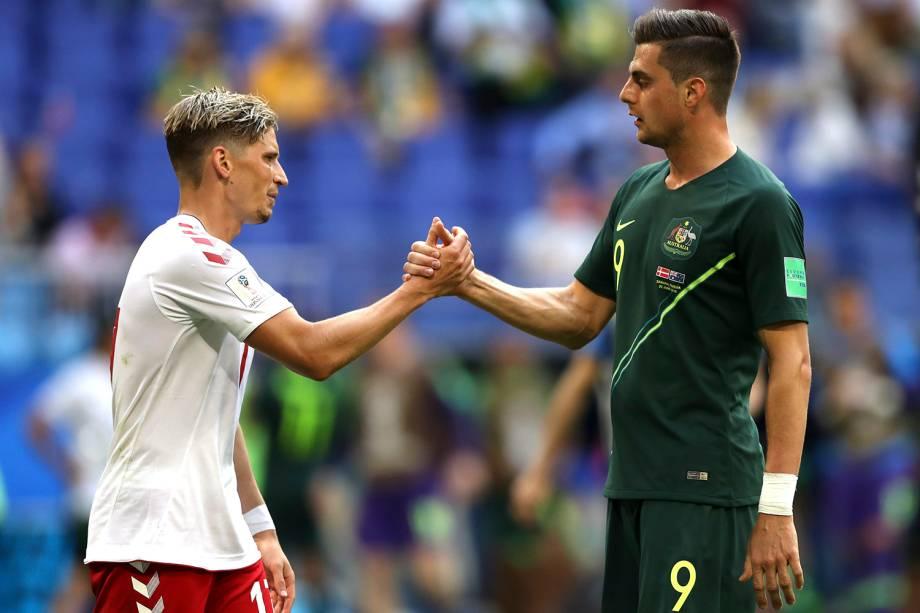 Stryger Larsen, da Dinamarca, e Tomi Juric, da Austrália, se cumprimentam ao final da partida que terminou empatada na Arena Samara - 21/06/2018
