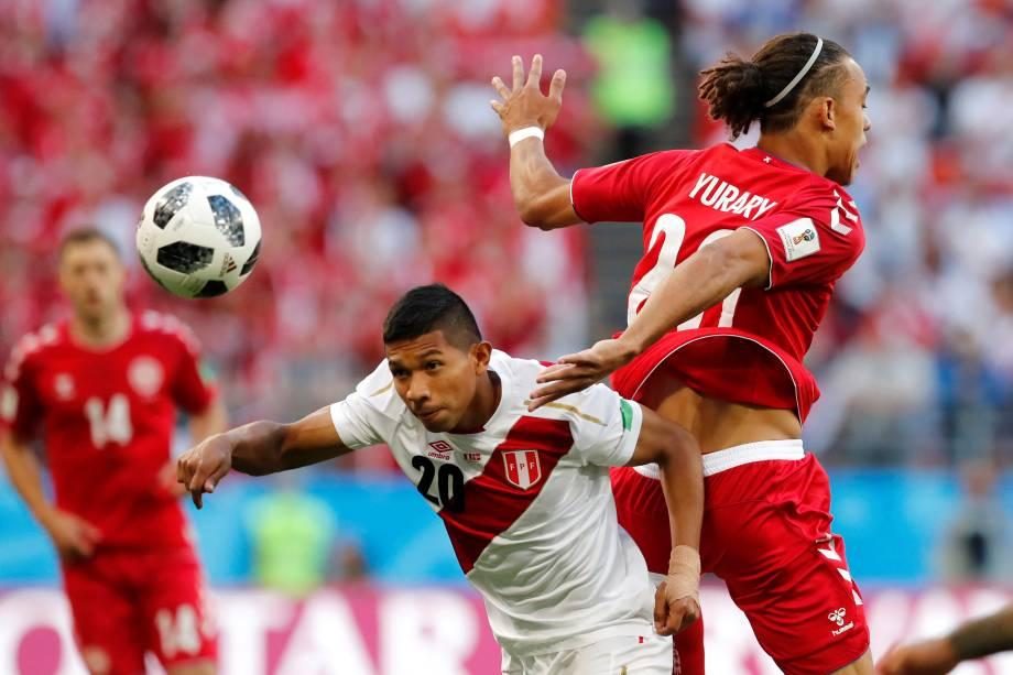O peruano Edison Flores disputa jogada com Yussuf Poulsen da Dinamarca