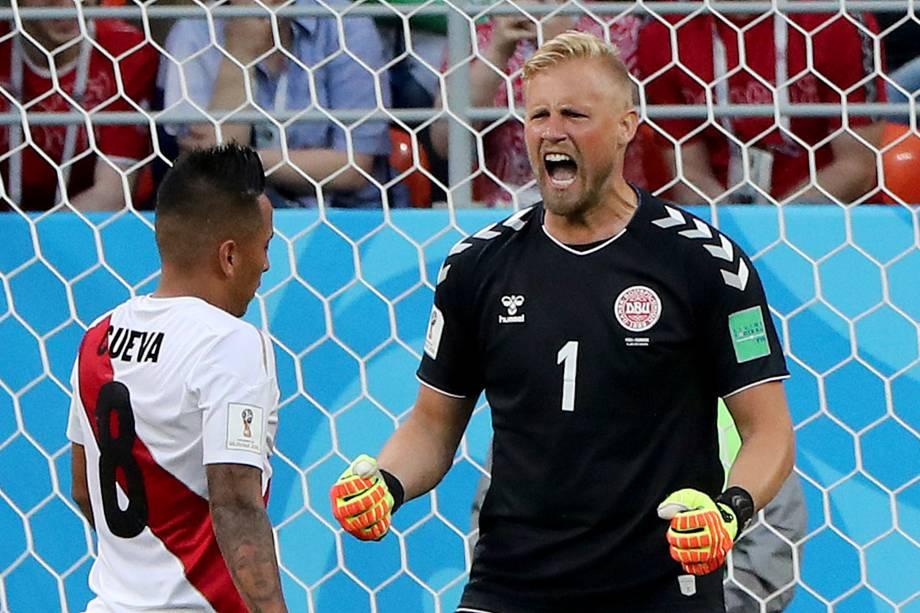 Kasper Schmeichel, goleiro da Dinamarca, reage após o peruano Christian Cueva ter perdido um pênalti