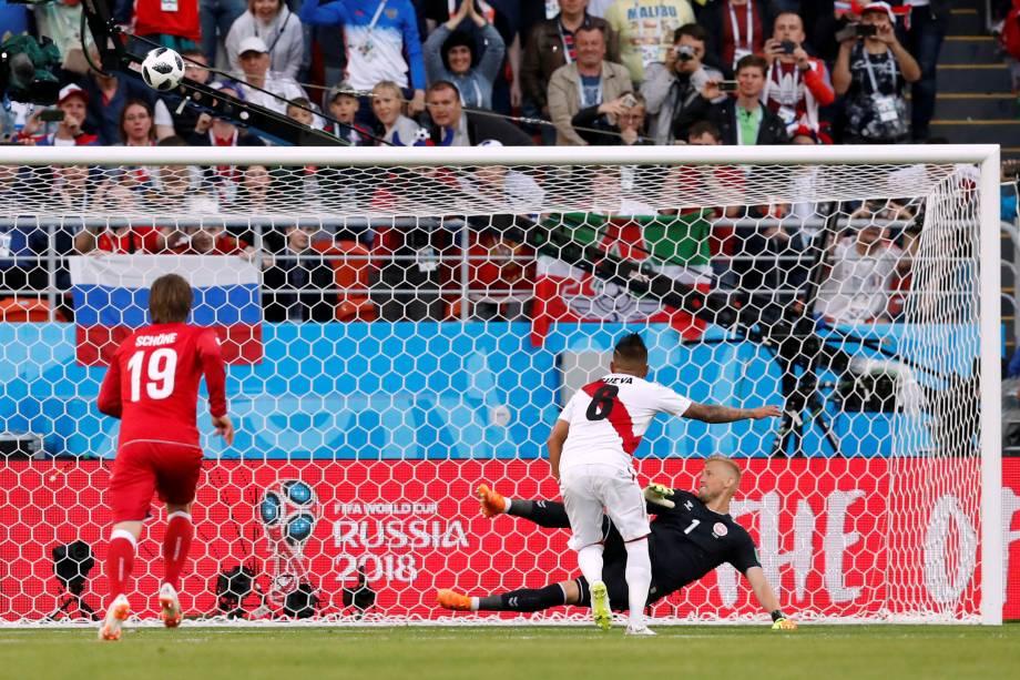 O meio-campista Christian Cueva desperdiça a chance de abrir o placar do jogo em um gol de pênalti, na partida contra a Dinamarca