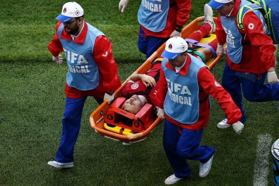 William Kvist, da Dinamarca, sai de campo dem uma maca após se contundir durante a partida contra o Peru