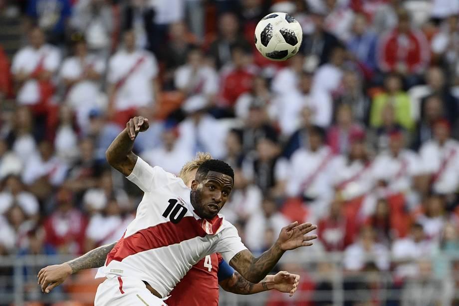 O atacante do Peru, Jefferson Farfan, disputa a bola com o zagueiro dinamarquês Simon Kjaer