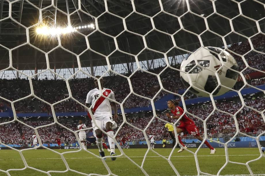 O atacante da seleção da Dinamarca, Yussuf Poulsen, comemora depois de marcar o único gol da partida contra o Peru
