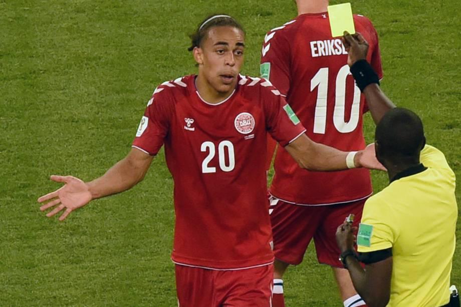 O árbitro gambiano, Bakary Gassama, mostra o cartão amarelo ao atacante dinamarquês Yussuf Poulsen