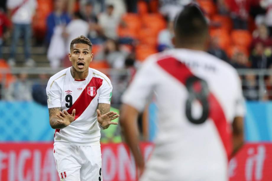 Paolo Guerrero fala com Christian Cueva durante a partida entre Peru e Dinamarca pela Copa do Mundo Rússia 2018