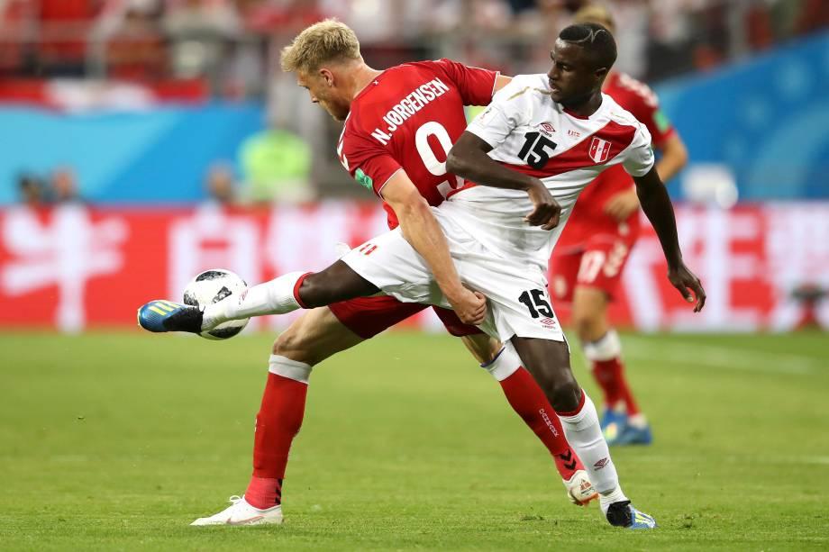 Nicolai Jorgensen, da Dinamarca, e Christian Ramos, do Peru, dividem uma bola durante a partida válida pelo Grupo C da Copa do Mundo Rússia