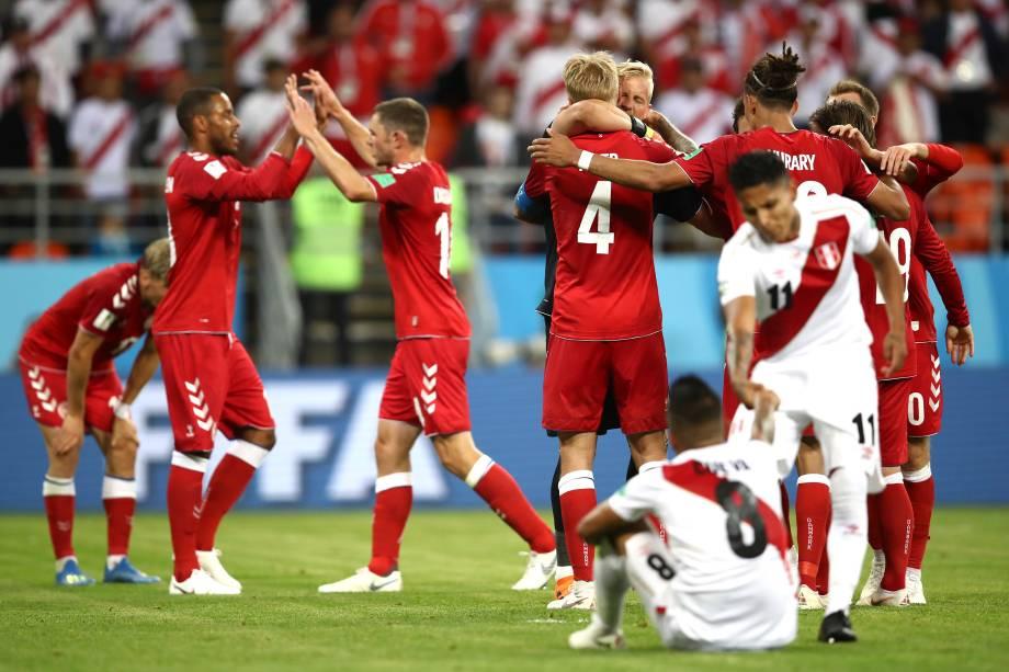 Jogadores da Dinamarca comemoram a vitória sobre o Peru após o término da partida