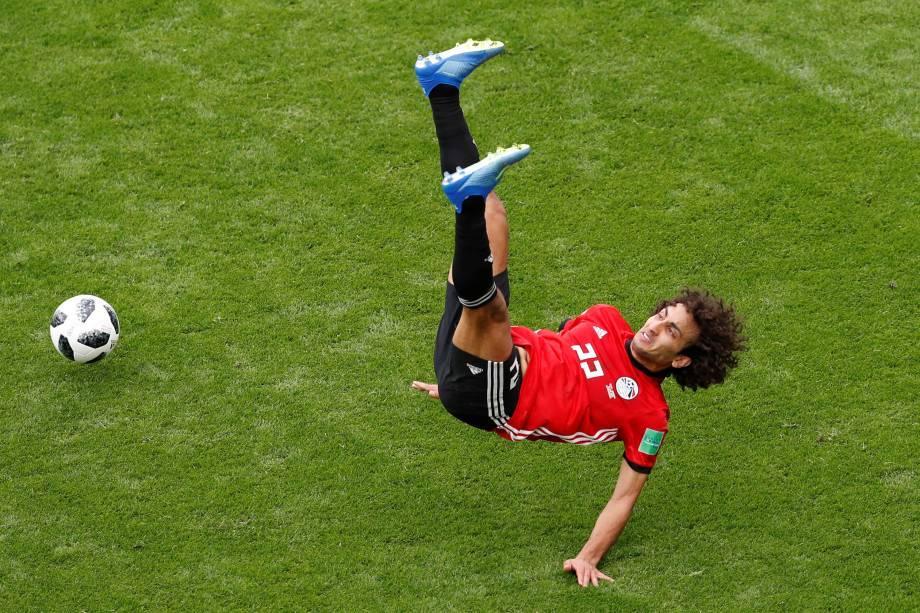 O meia-atacante egípcio Amr Warda cai no gramado durante partida contra o Uruguai na arena Ecaterimburgo - 15/06/2018
