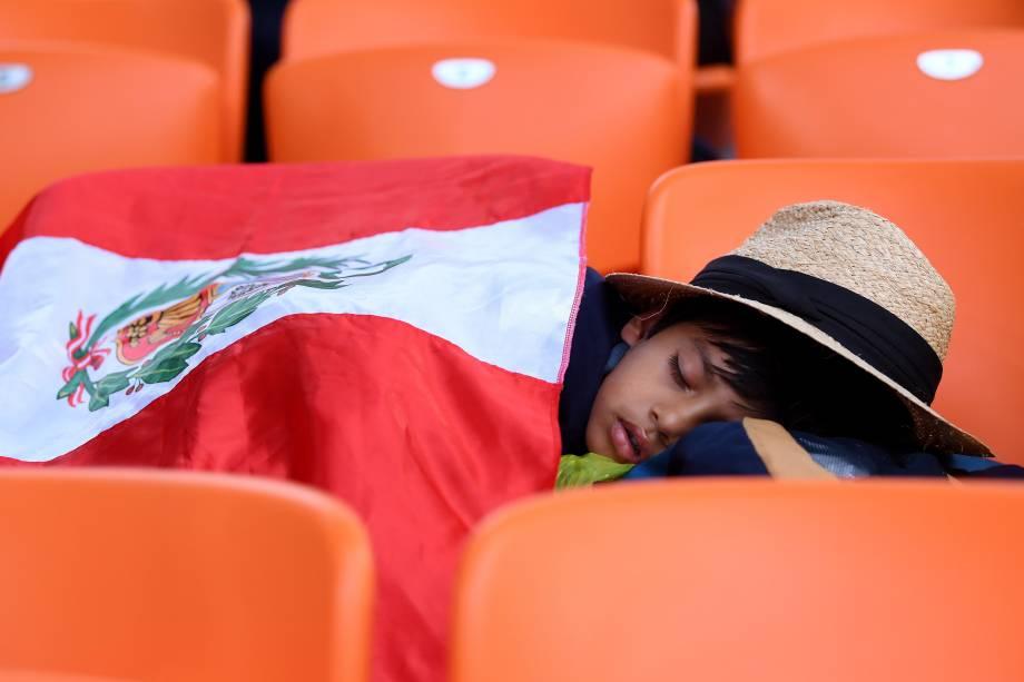 Torcedor mirim peruano dorme durante partida entre França e Peru, válida pelo grupo C da Copa do Mundo, realizada em Ecaterimburgo. Sul-americanos foram derrotados por 1 a 0 pelos europeus - 21/06/2018