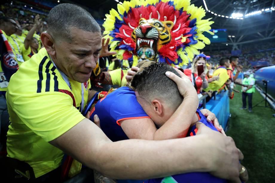 O jogador Mateus Uribe, da Colômbia, comemora com torcedores após vitória sobre a Polônia por 3 a 0 - 24/06/2018