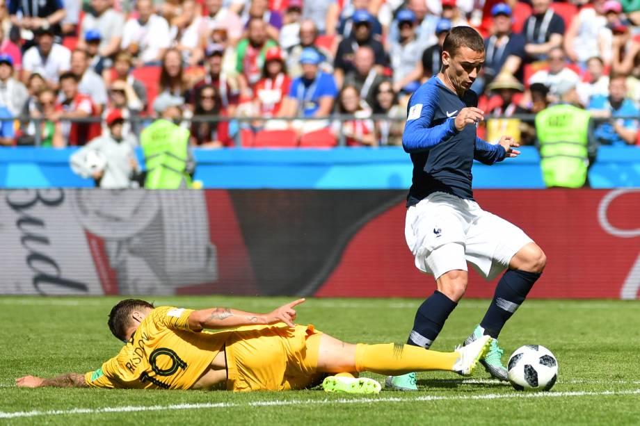 O atacante Antoine Griezmann da França é derrubado pelo zagueiro australiano Joshua Risdon. O pênalti foi marcado com o auxílio do árbitro de vídeo