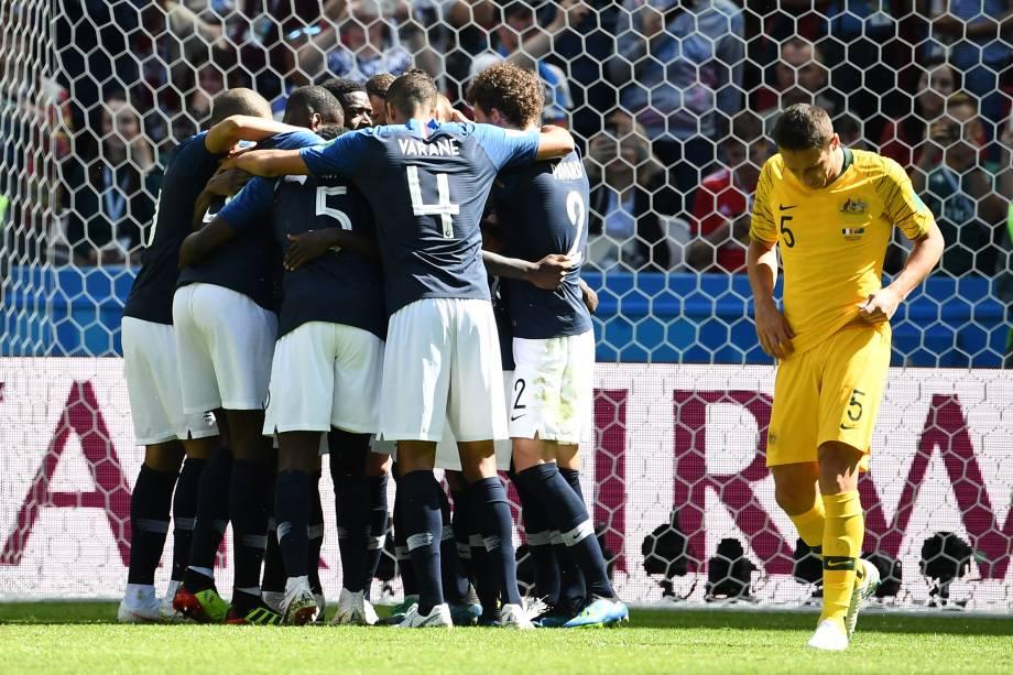 Jogadores da França comemoram o gol de pênalti de Antoine Griezmann na vitória sobre a Austrália na Arena Kazan - 16/06/2018
