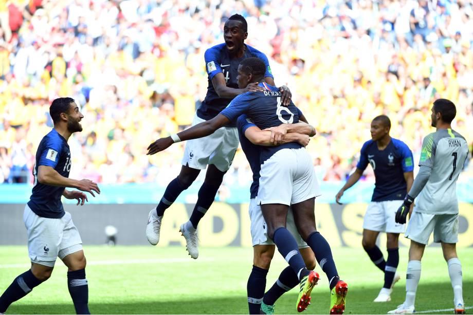 Jogadores da França comemoram o gol de Paul Pogba na vitória sobre a Austrália na Arena Kazan - 16/06/2018