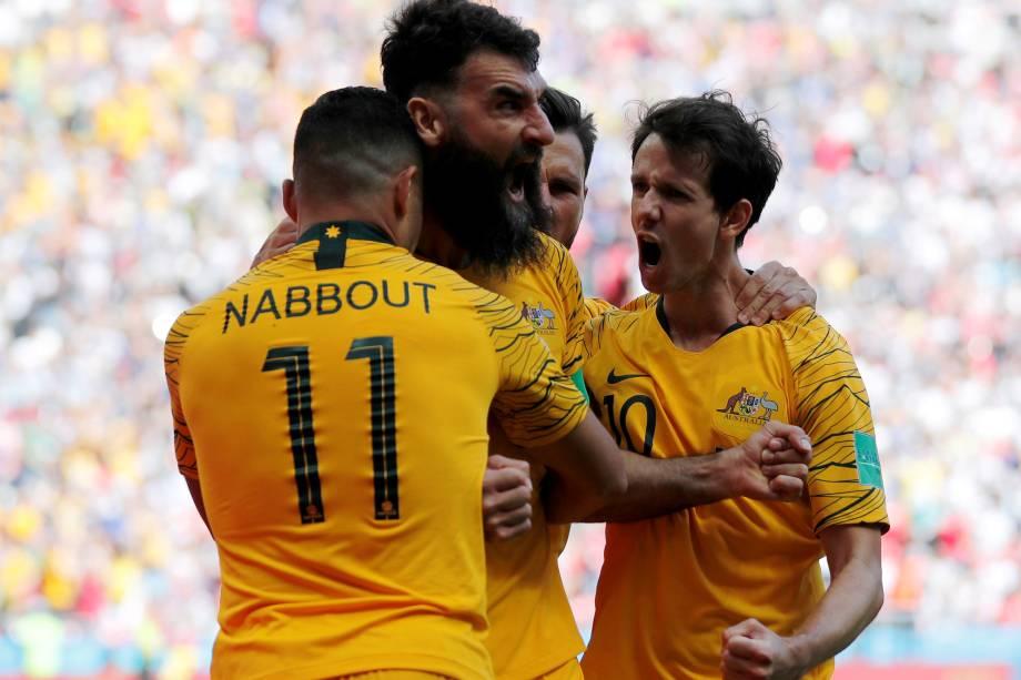 Jogadores da Austrália comemoram o gol de pênalti anotado por Mile Jedinak na partida contra a França, na Arena Kazan - 16/06/2018