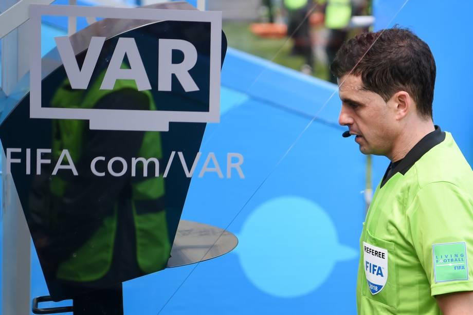 O árbitro uruguaio Andres Cunha utiliza o VAR, antes de marcar um pênalti a favor da França na patida contra a Austrália - 16/06/2018