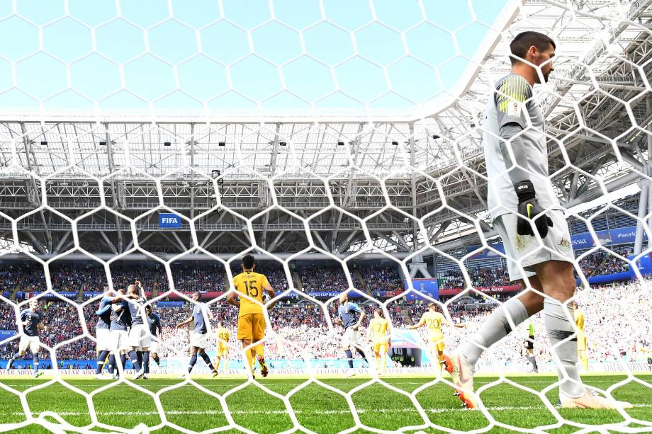 Jogadores da França comemoram gol após cobrança de pênalti de Antoine Griezmann na vitória sobre a Austrâlia