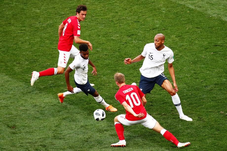 Thomas Lemar e Steven Nzonzi da França durante jogada contra Christian Eriksen e Thomas Delaney da Dinamarca - 26/06/2018