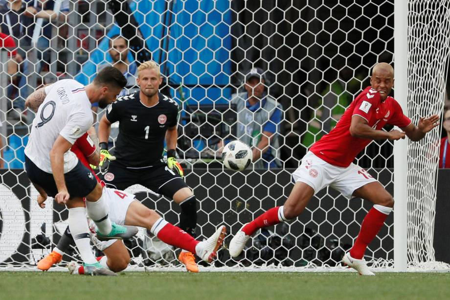 Olivier Giroud da França tenta marcar gol em partida contra a Dinamarca - 26/06/2018