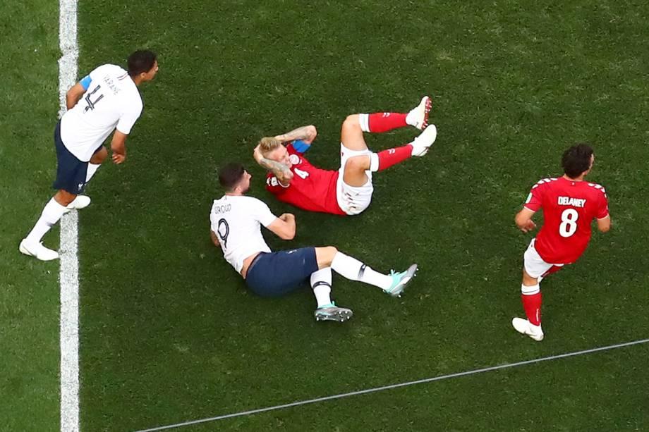 Simon Kjaer da Dinamarca segura sua cabeça após colisão durante partida contra a França - 26/06/2018
